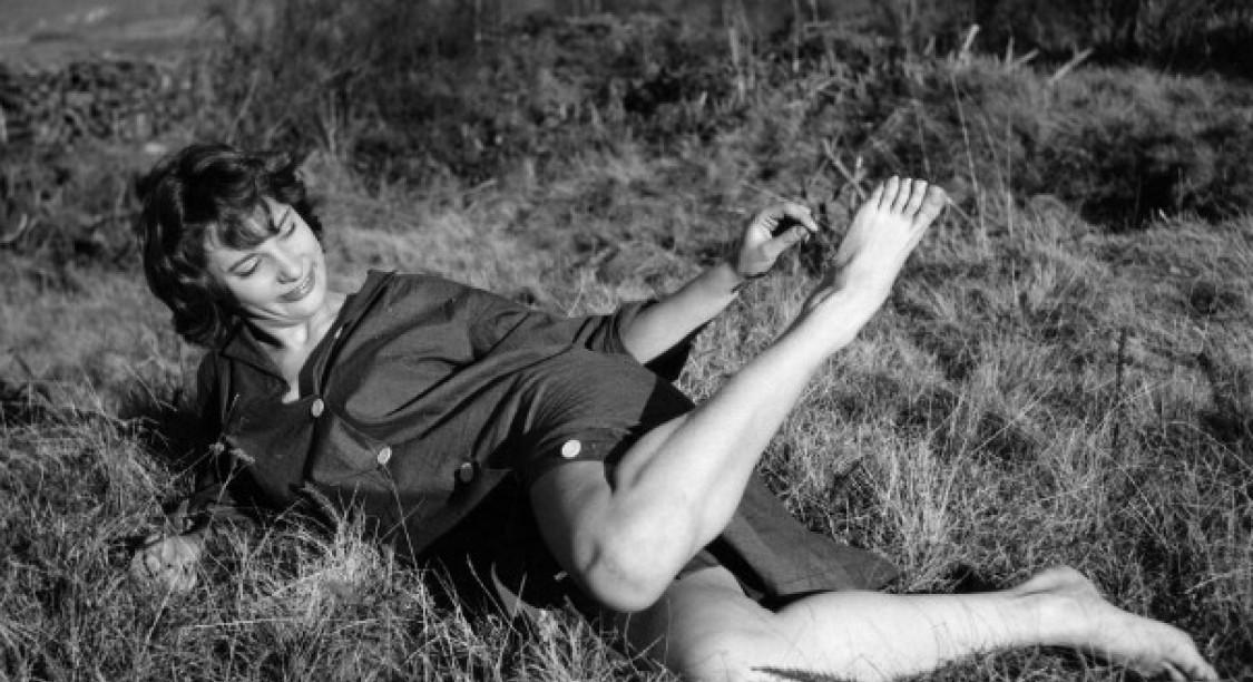Bernadette Lafont dans les champs